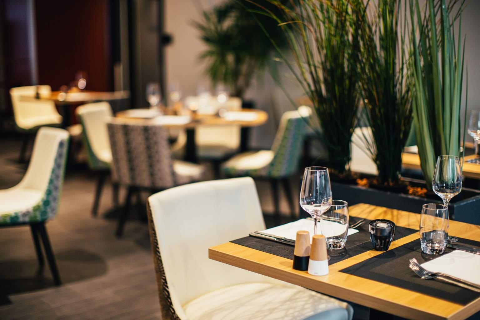Entspannen Sie sich auf der Terrasse des Hotelrestaurants und Spa Athena im Strassburg