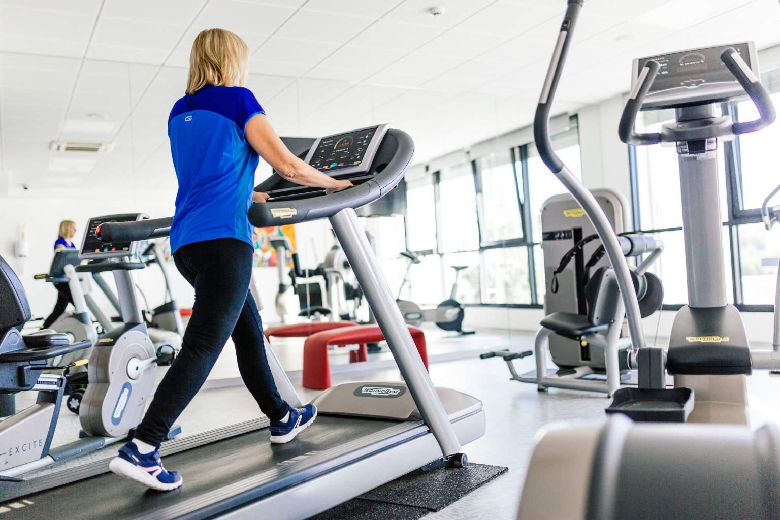 Salle de fitness moderne, appareils technogym, hôtel athena spa strasbourg alsace
