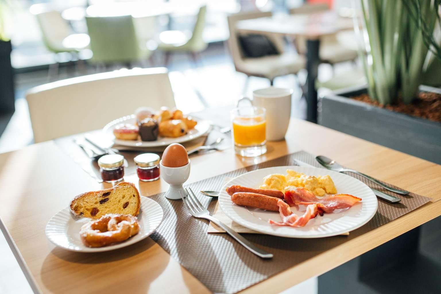 Petit déjeuner complet, buffet varié, ambiance conviviale, hôtel Strasbourg